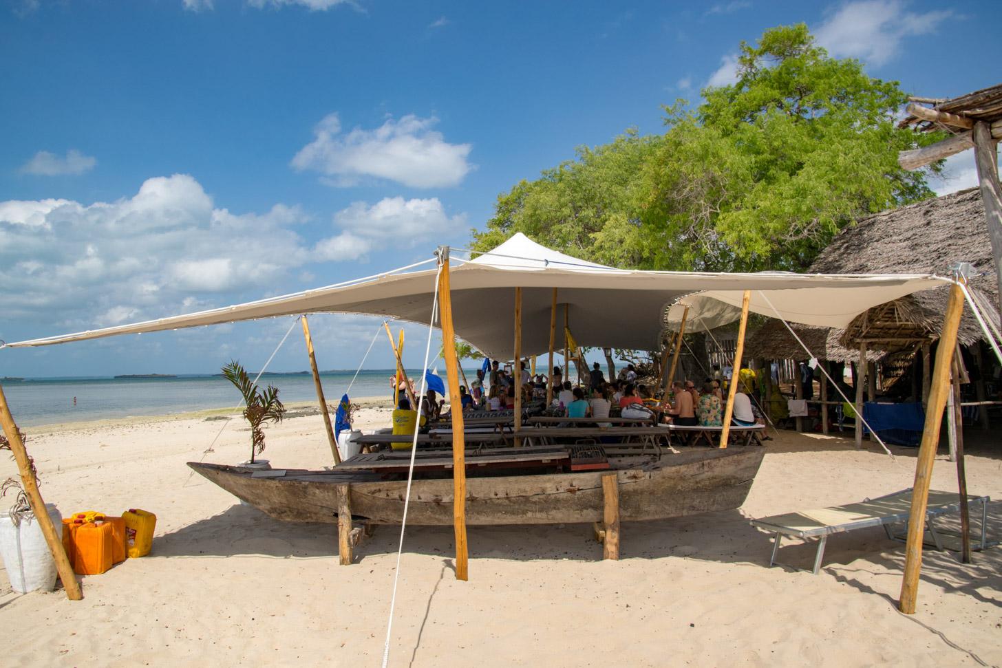 Wit zandstrand op Zanzibar